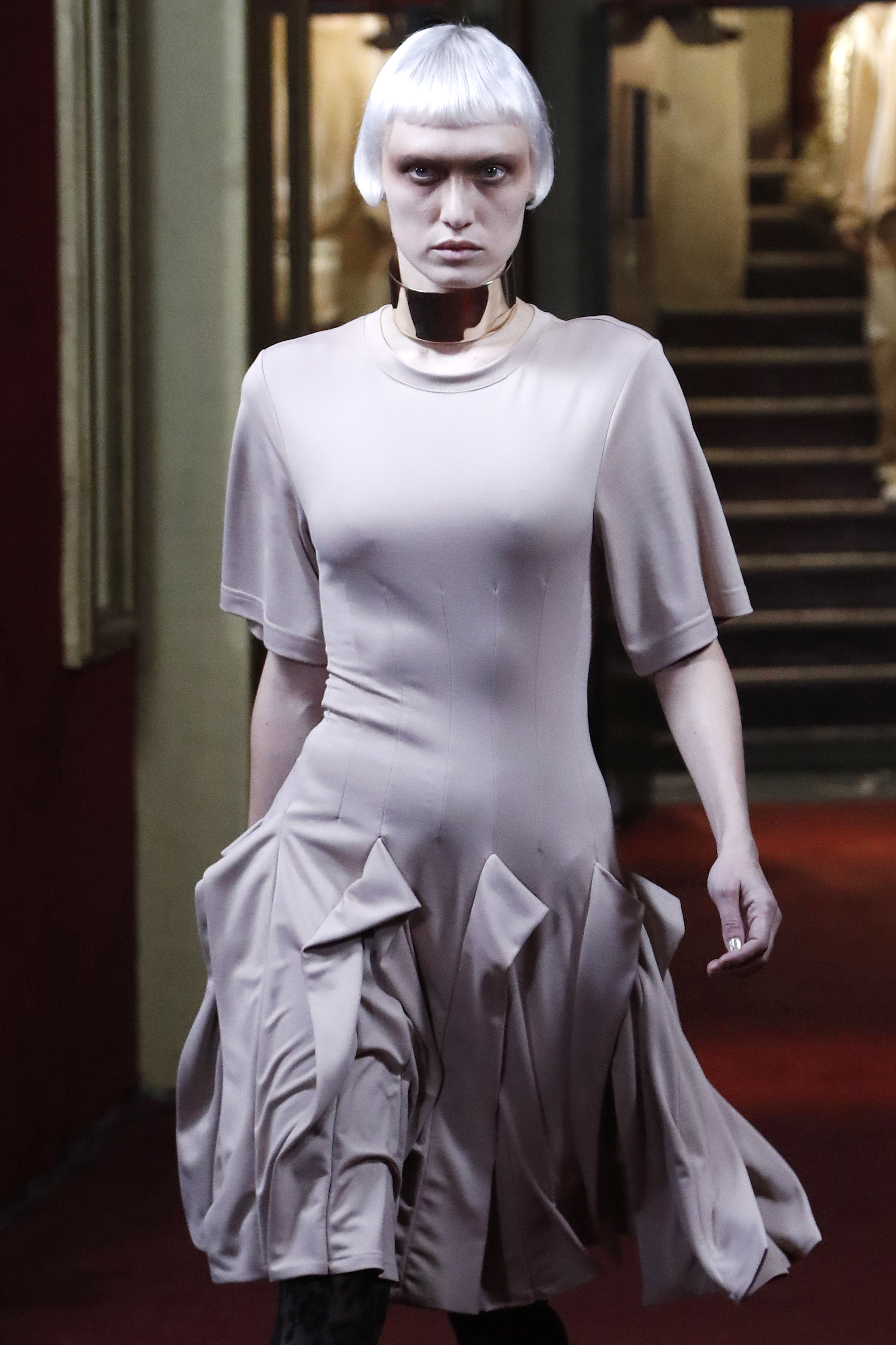 A model presents a creation for Koche during the 2018/2019 fall/winter collection fashion show on February 27, 2018 in Paris. / AFP PHOTO / FRANCOIS GUILLOT